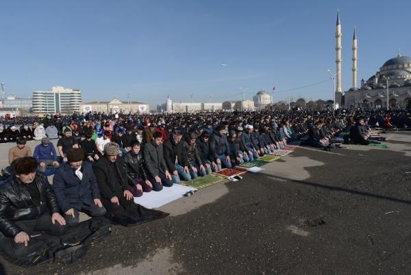 Верующие совершают намаз после акции протеста