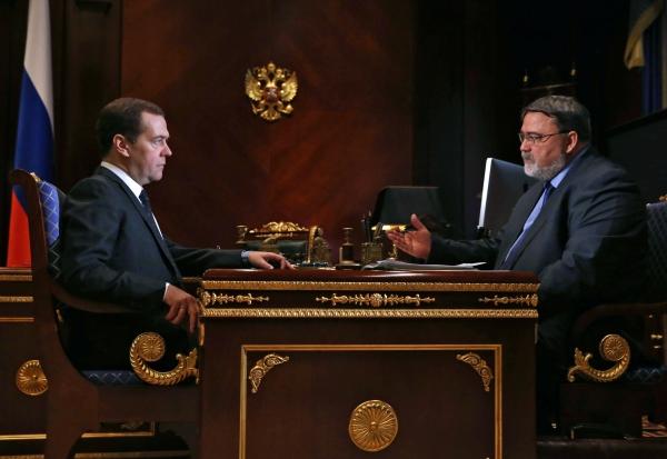 Председатель правительства России Дмитрий Медведев и руководитель ФАС Игорь Артемьев во время встречи