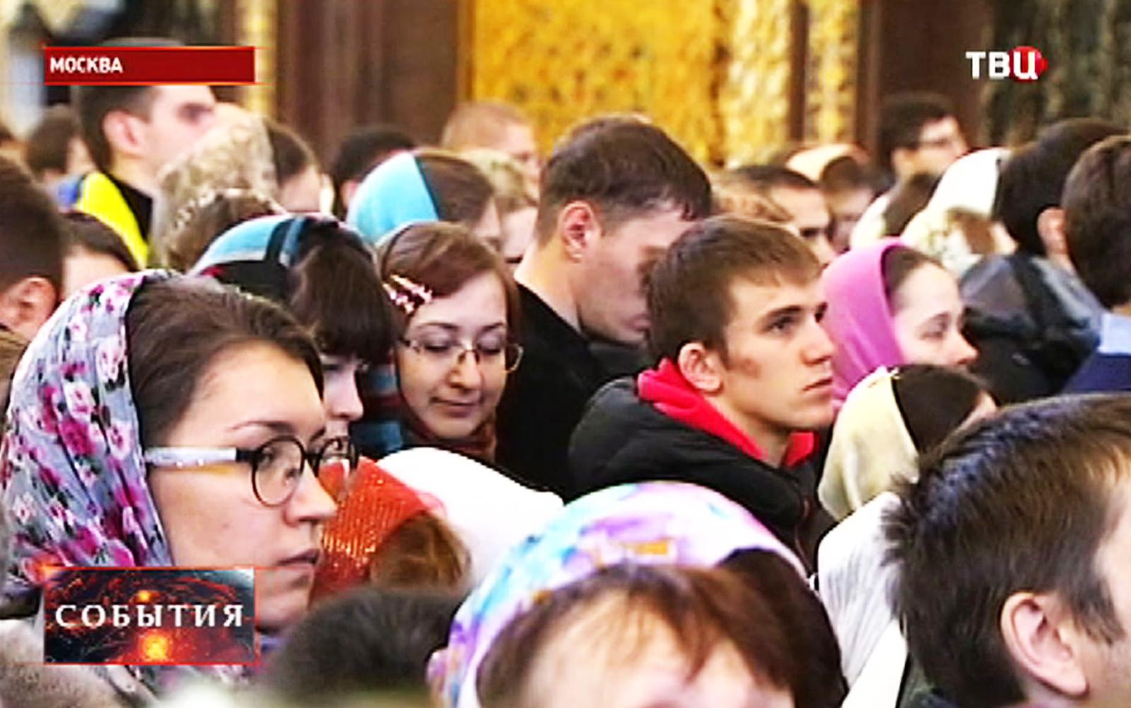 Прихожане во время торжественной литургии в храме Христа Спасителя