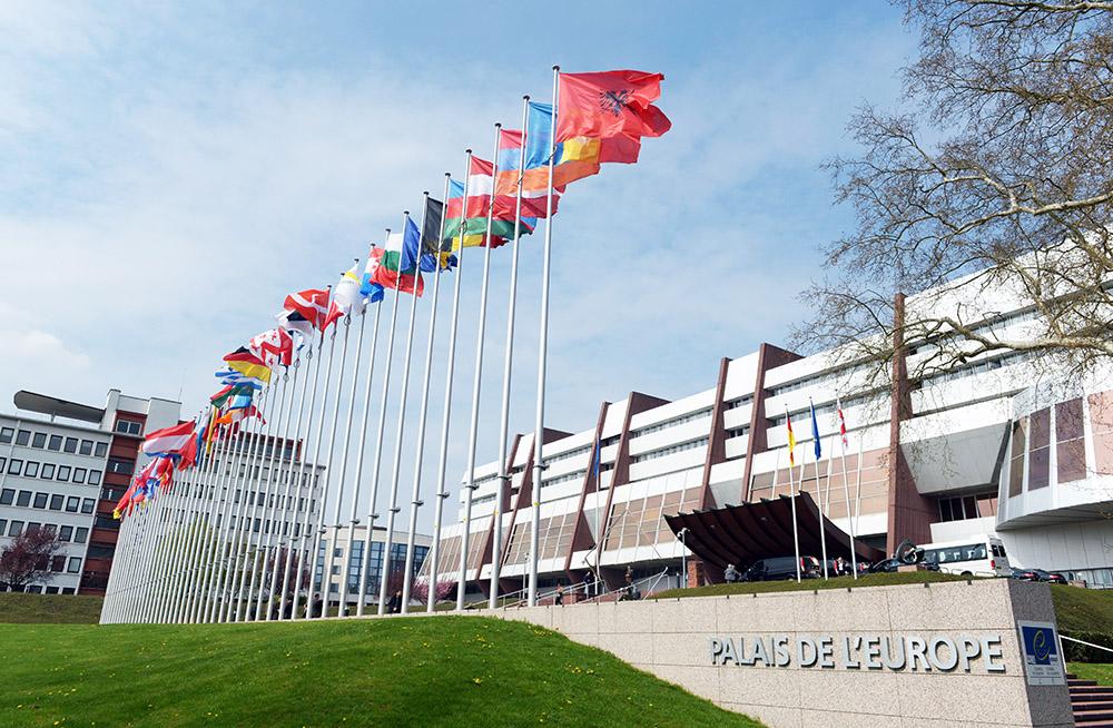 Флаги у здания ПАСЕ в Страсбурге