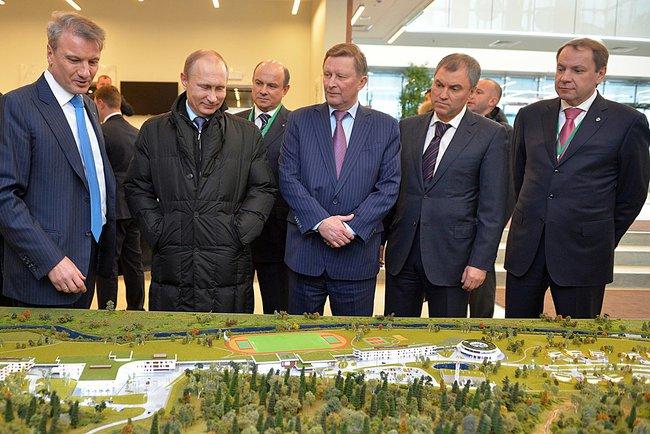 Президент России Владимир Путин осматривает макет бизнес-школы