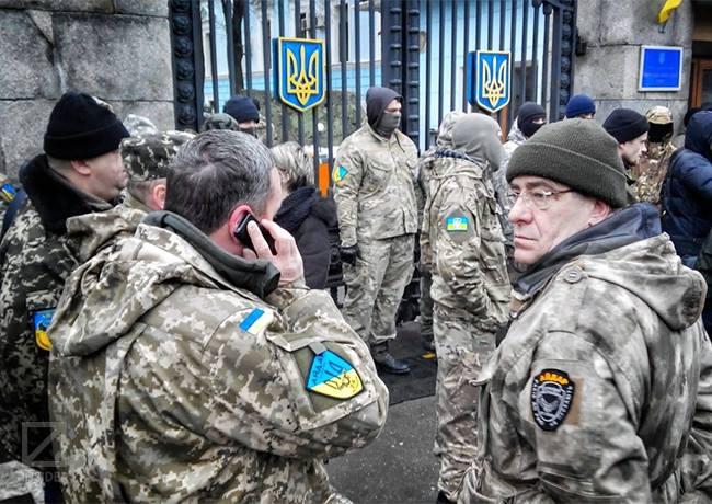 "Бойцы батальона ""Айдар"" у здания Минобороны Украины"