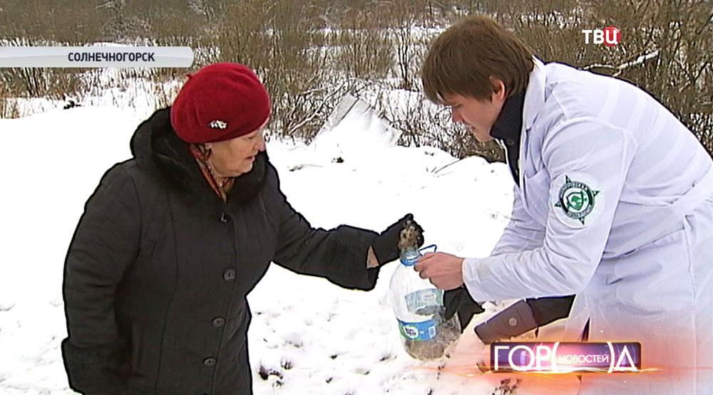 Эксперт берет пробу снега