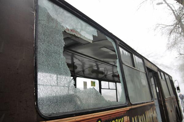 Троллейбус после артобстрела в Донецке
