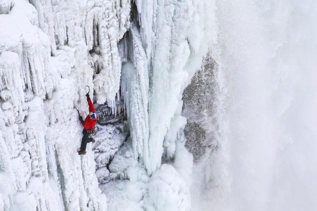 Альпинист покорил замерзший Ниагарский водопад