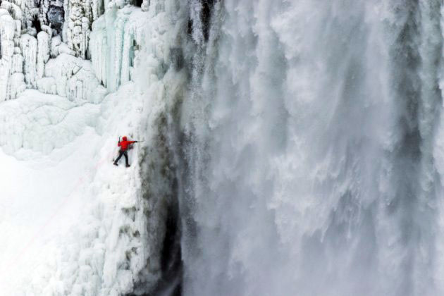 Альпинист покорил Ниагарский водопад