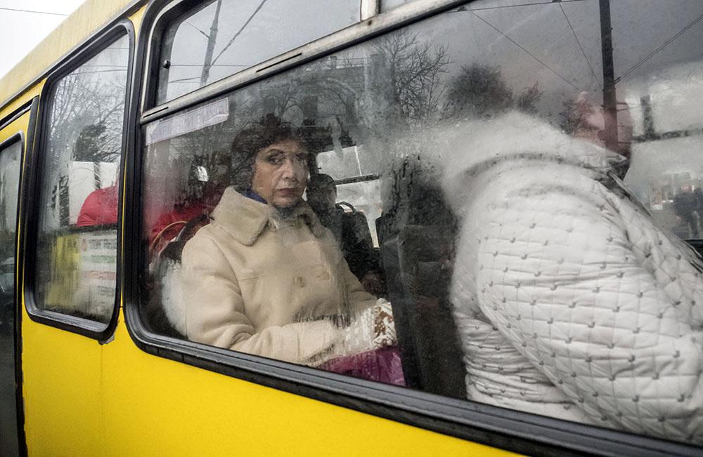 Пассажиры в автобусе на Украине
