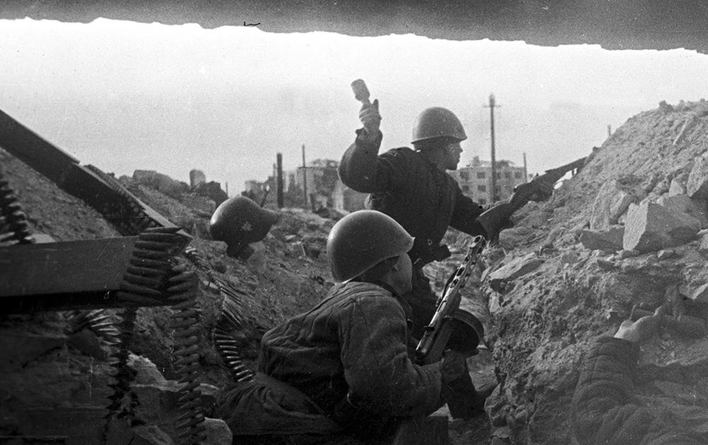 Датой начала Сталинградской битвы официально считается 17 июля 1942 года. В этот день на рубеже рек Чир и Цимла передовые отряды 62-й и 64-й армий встретились с авангардами 6-й немецкой армии. К началу битвы немецкие войска имели превосходство над советскими в танках и артиллерии — в 1,3 в самолётах — более чем в 2 раза. По численности войска Сталинградского фронта в два раза уступали противнику