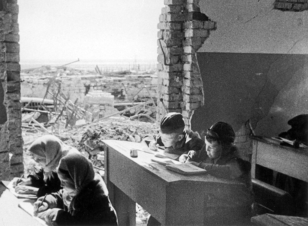 Дети в разрушенной школе в Сталинграде