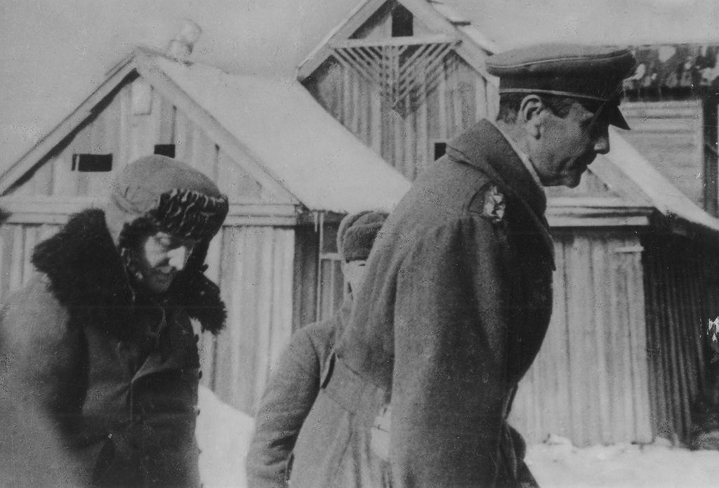 """Накануне своим приказом Гитлер повысил Паулюса до фельдмаршала. В радиограмме он указывал командующему армией, что """"ещё ни один немецкий фельдмаршал не попадал в плен"""""""