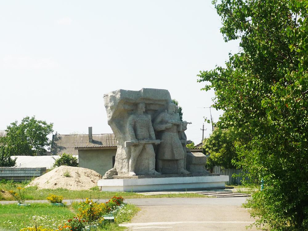 """Скульптурная композиция """"Народные мстители"""", изображающая группу партизан, которые выходят из катакомб на выполнение боевого задания."""