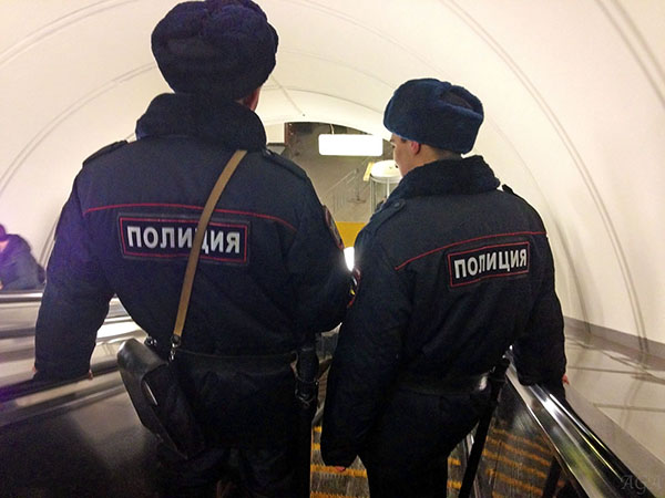Полицейские в метро