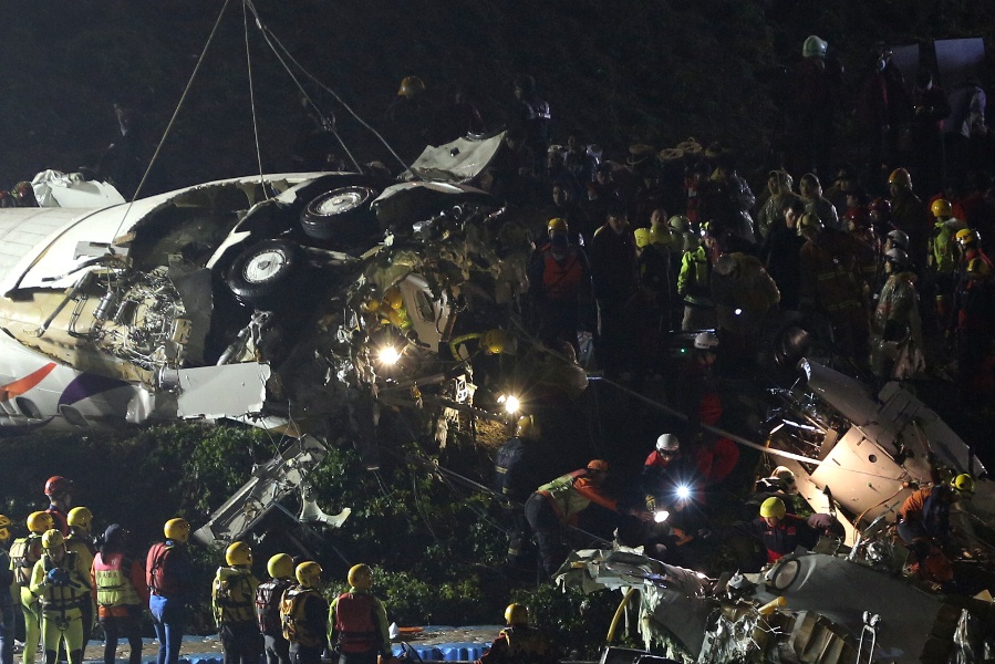 Обломки рухнувшего на Тайване самолета