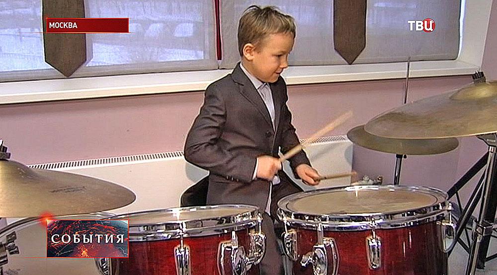 Мальчик играет на барабанах