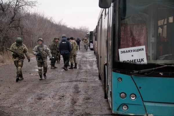 Колонна автобусов из ДНР, прибывшая в Дебальцево для эвакуации местных жителей из зоны боевых действий