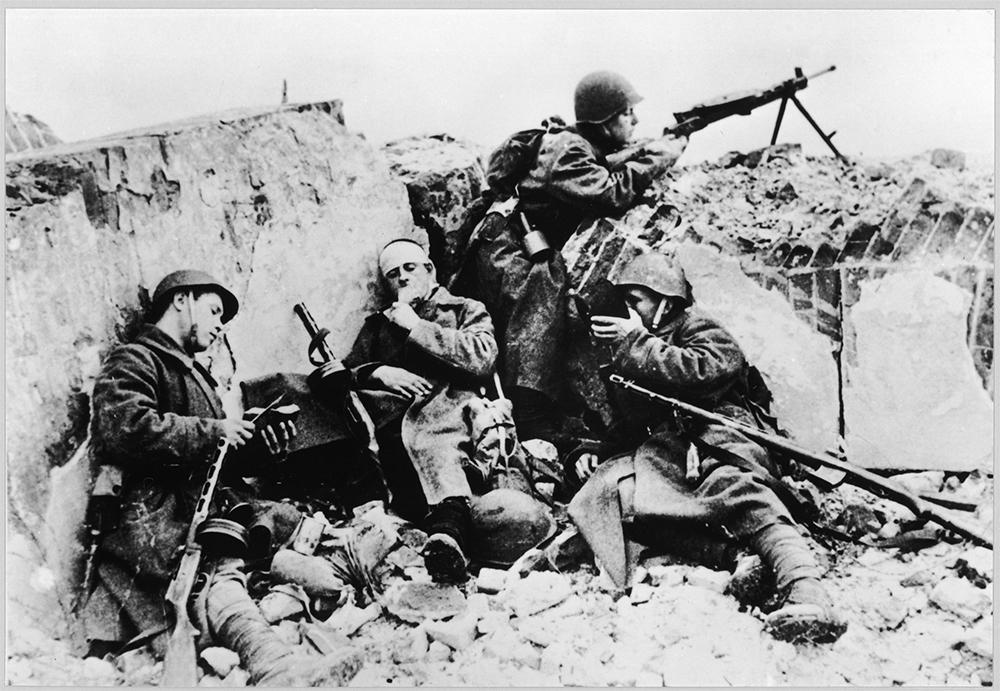 Советские солдаты на позиции