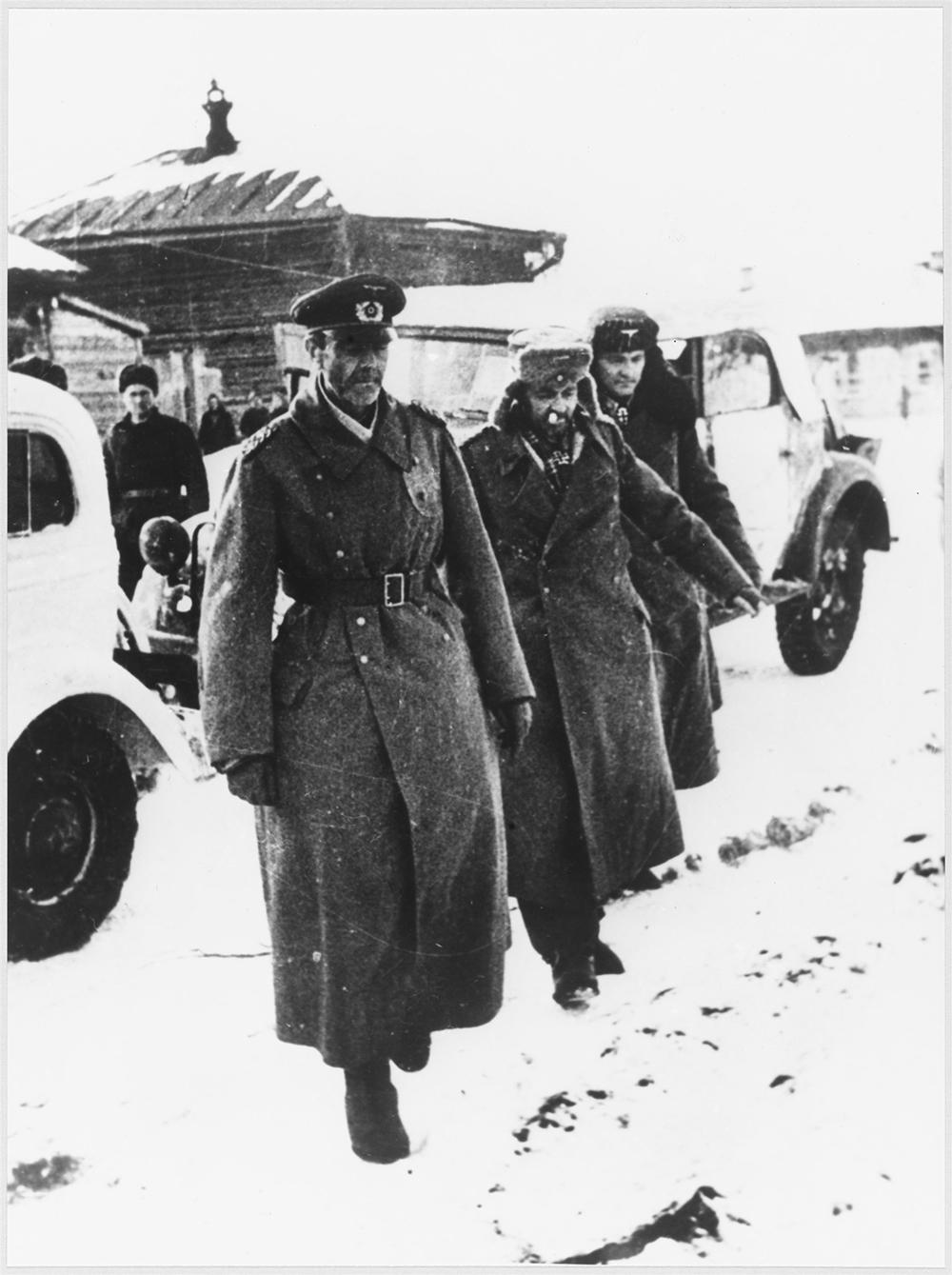Генерал-фельдмаршал Фридрих Вильгельм Эрнст Паулюс (на первом плане)