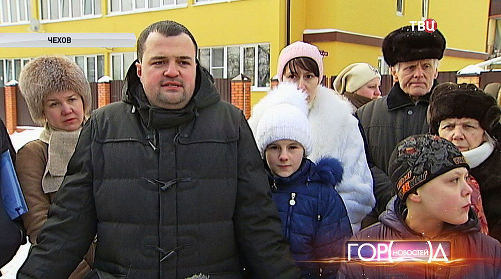 Застройщик Максим Омельченко с жителями новых домов
