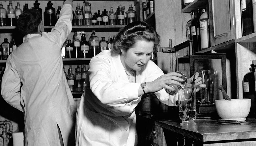 Маргарет Тэтчер в химической лаборатории