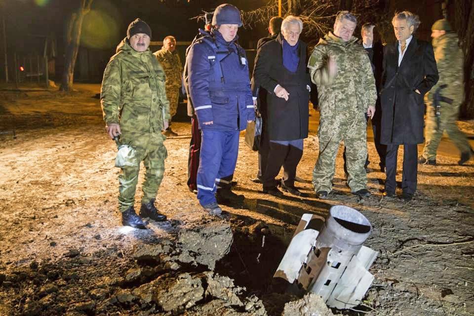 Пётр Порошенко на месте обстрела в Краматорске