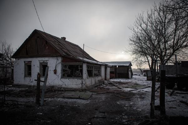 Дом, пострадавший в результате взрыва снаряда, в Донецкой области