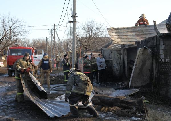 Восстановительные работы после обстрела жилых районов в Донецкой области