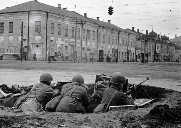 Солдаты ведут наблюдение из окопа на улицах Тулы