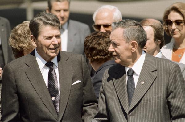 Президент США Рональд Рейган (слева) и председатель Президиума Верховного Совета СССР Андрей Андреевич Громыко