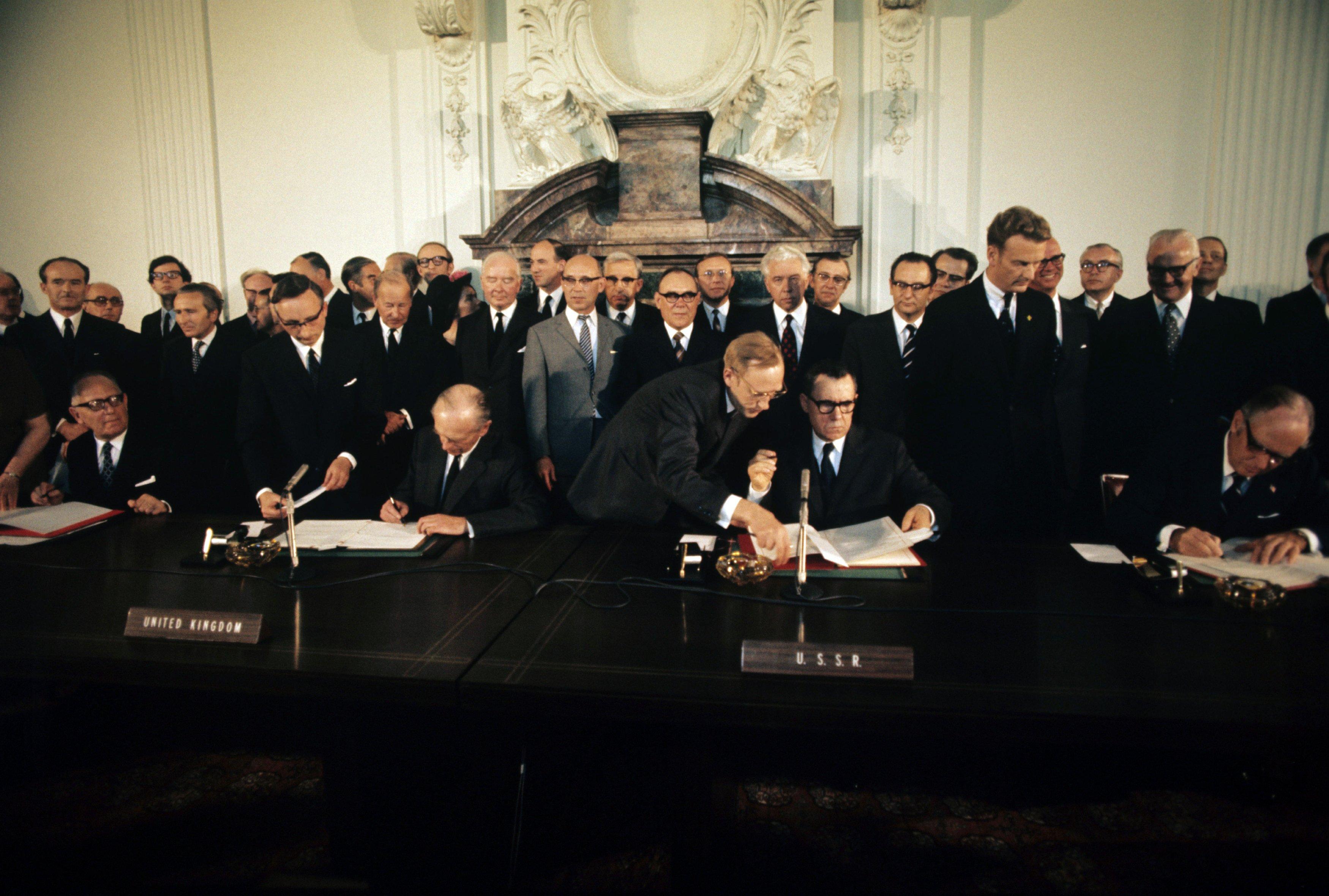 Министры иностранных дел  Морис Шуман (Франция), Алеком Дуглас-Хьюм (Великобритания), Андрей Громыко (Советский Союз) и Уильям Роджерс (США) во время подписания Четырехстороннего соглашения по Западному Берлину