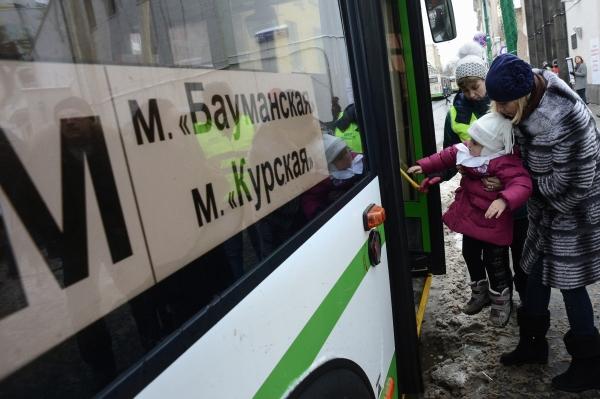 """Пассажиры садятся на бесплатный автобус в связи с закрытием на реконструкцию станции метро """"Бауманская"""""""
