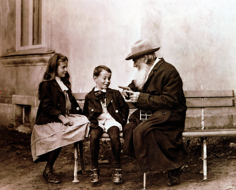 Лев Толстой рассказывает сказку своим внукам