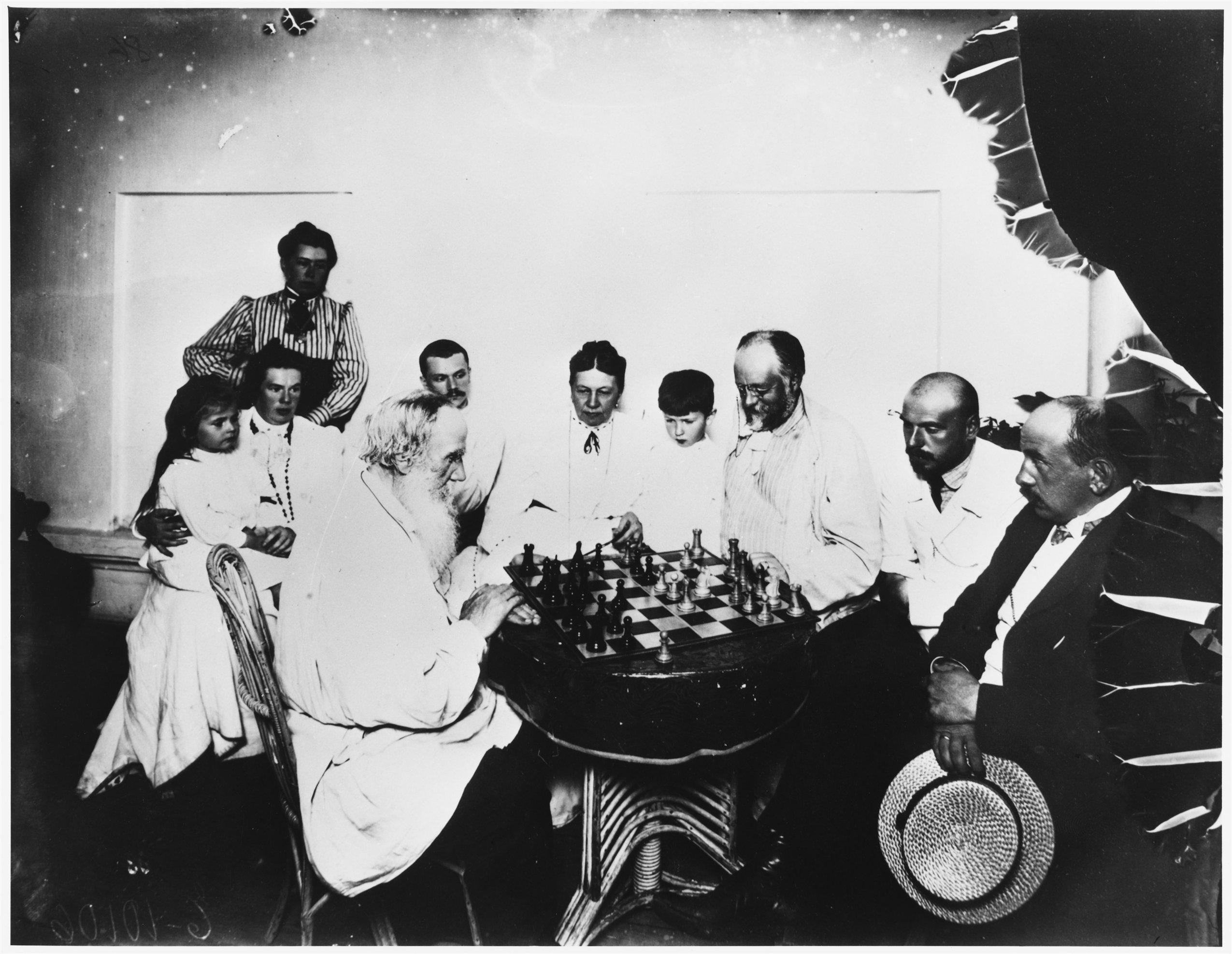 Лев Толстой играет в шахматы с гостями