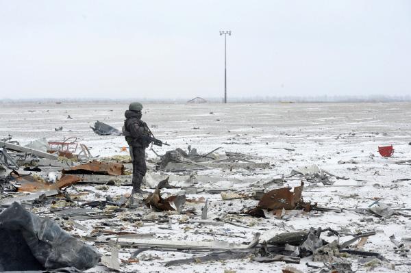 Ополченцы ДНР на взлетном поле донецкого аэропорта