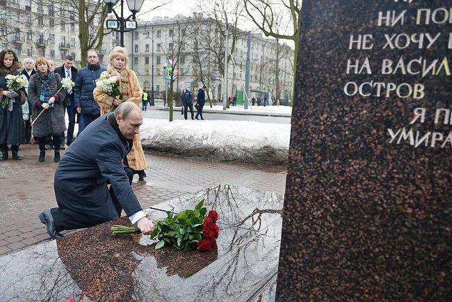 Владимир Путин возлагает цветы к памятнику Анатолия Собчака