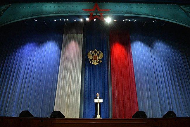 Владимир Путин на фоне российского триколора