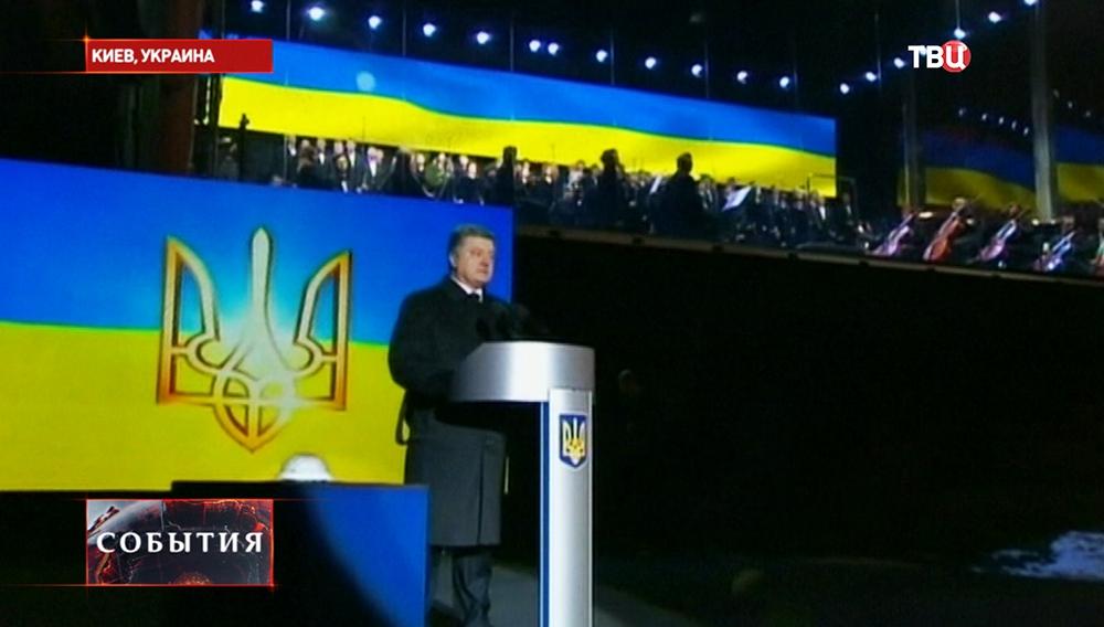 Президент Украины Петр Порошенко выступает на Майдане