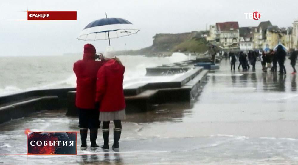 Туристы наблюдают прилив