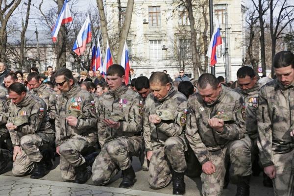Бойцы Народного ополчения Крыма во время празднования Дня защитника Отечества в Симферополе