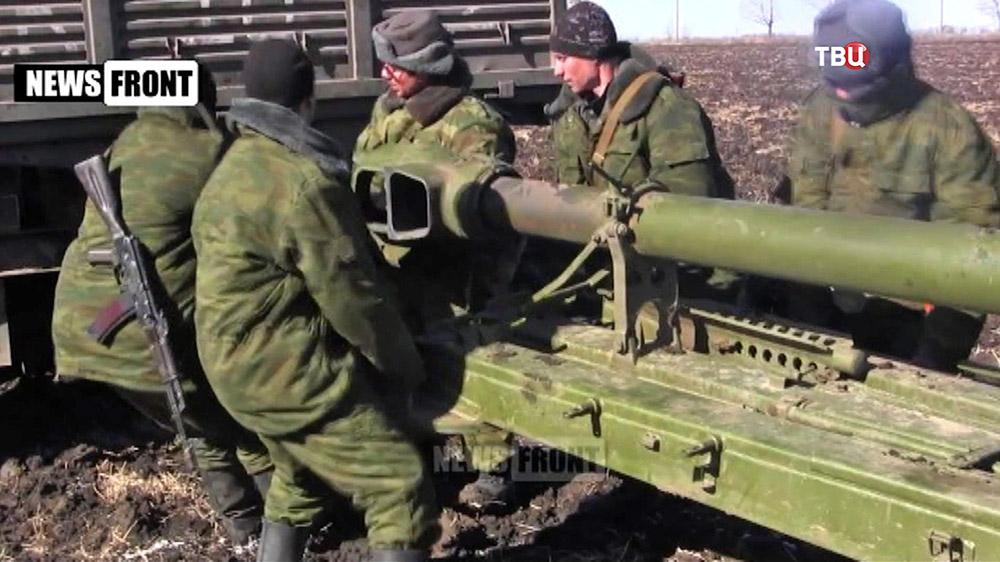 Бойцы нородного ополчения ДНР отводят военную технику с позицый