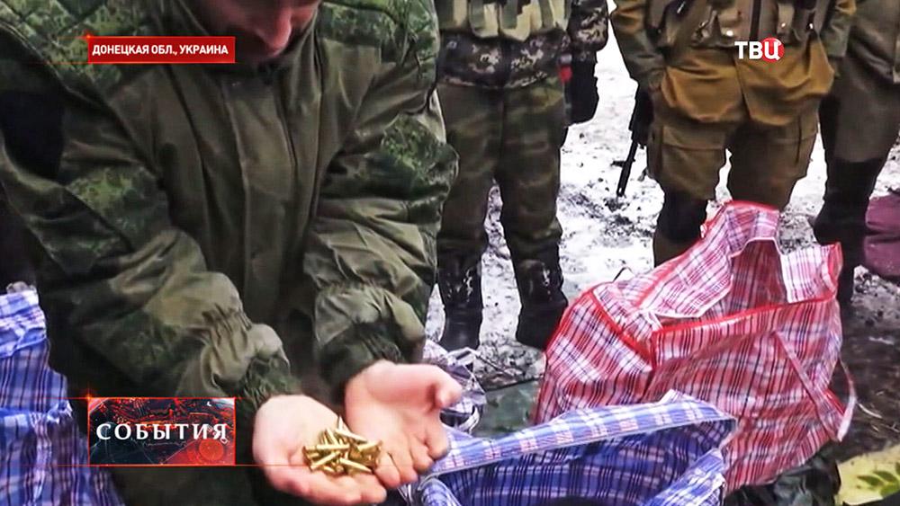 Ополченцы ДНР демонстрируют трофейные патроны иностранного производства
