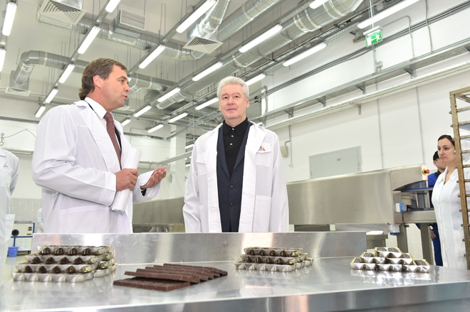 Сергей Собянин на производственной линии холдинга «Объединённые кондитеры»