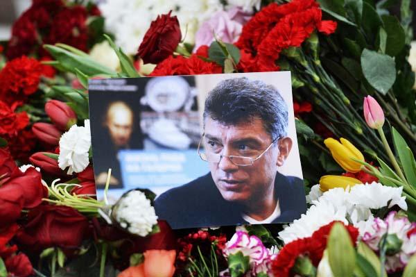 Цветы и фотография на месте убийства политика Бориса Немцова