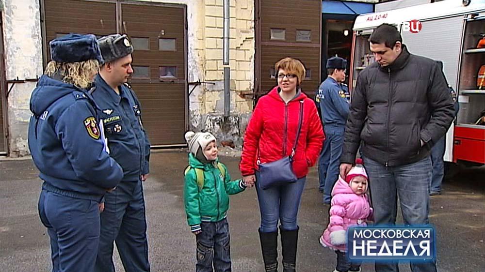 Пожарные МЧС и спасенная семья
