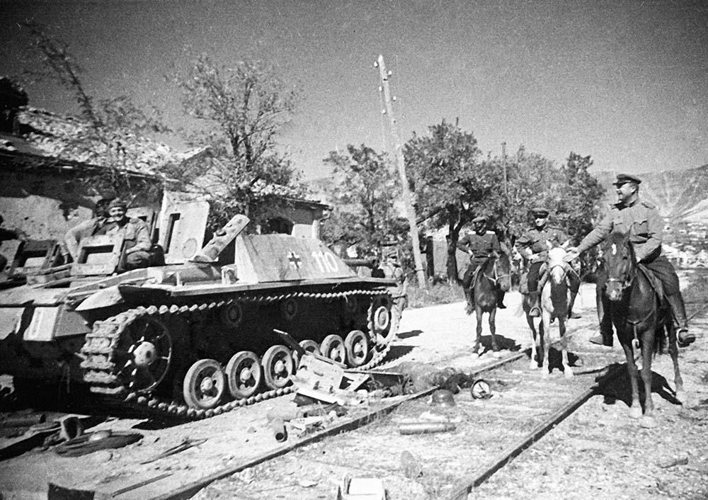 Советские офицеры рассматривают танки, брошенные немецкими захватчиками при отступлении из Новороссийска