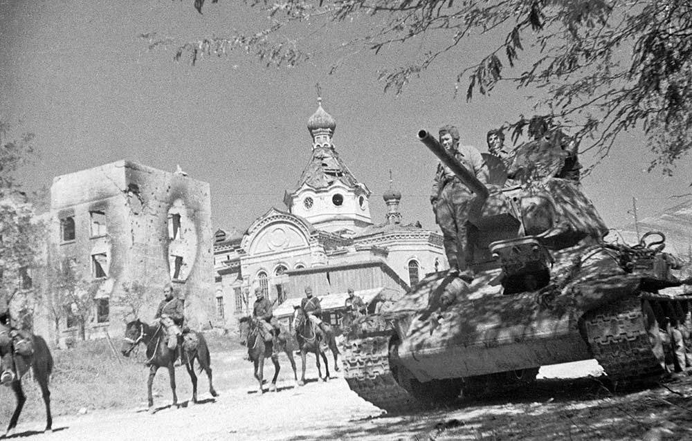 Советские войска в освобождённом Новороссийске