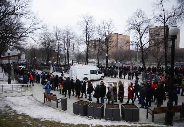 Жители Москвы во время церемонии прощания с политиком Борисом Немцовым