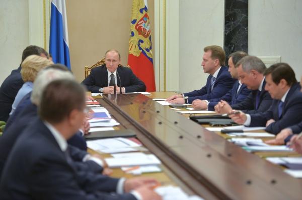 Президент России Владимир Путин проводит совещание с правительством РФ