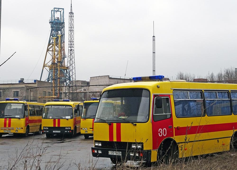 Автомобили спасательной службы около шахты имени Засядько под Донецком