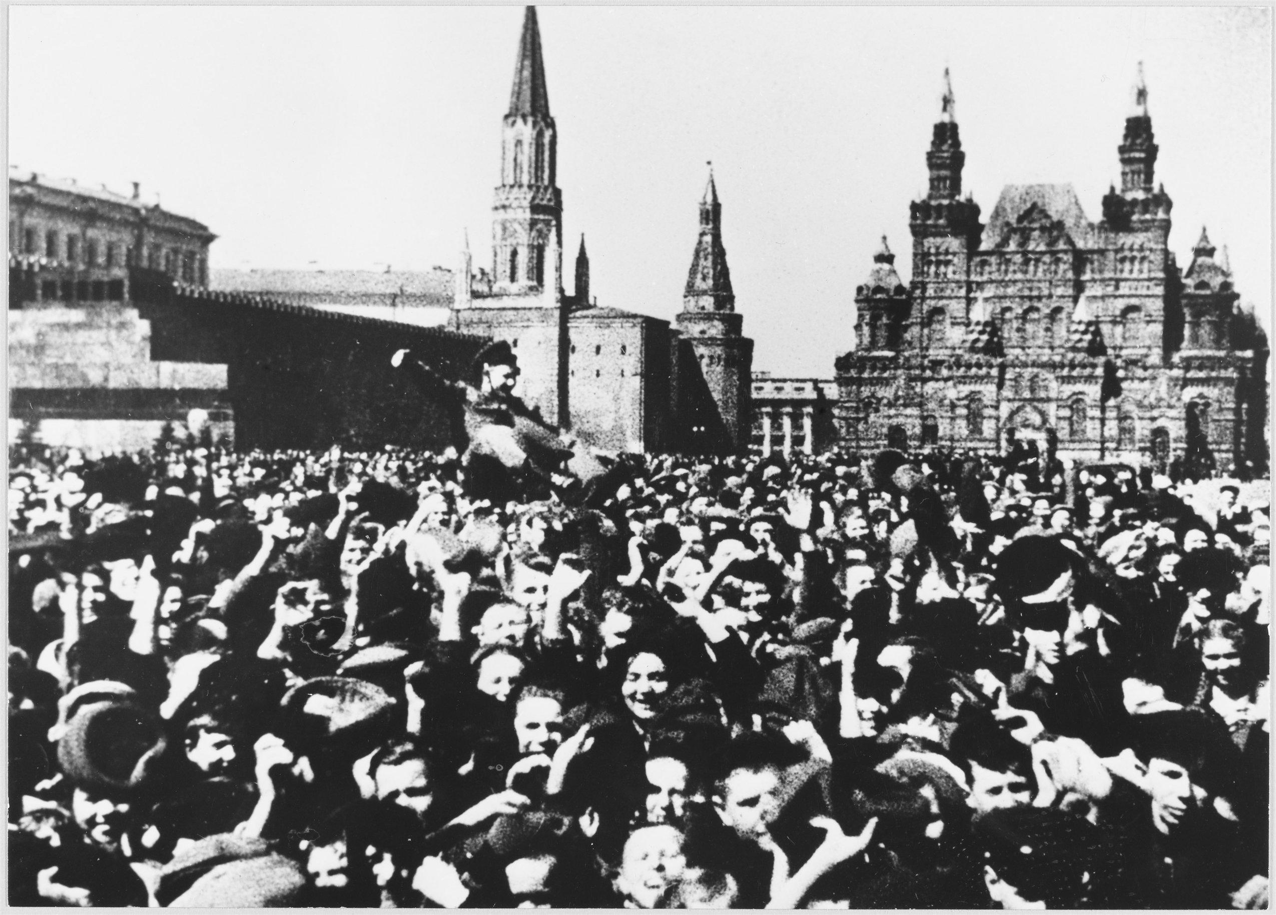 Москвичи на Красной площади празднуют победу в ВОВ