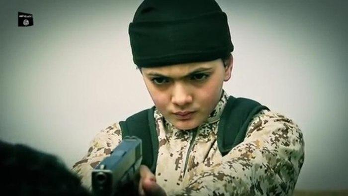 "Юный боевик ""Исламского государства"" казнил 19-летнего Мухаммеда Мусалляма"